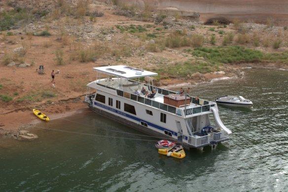 01Houseboat